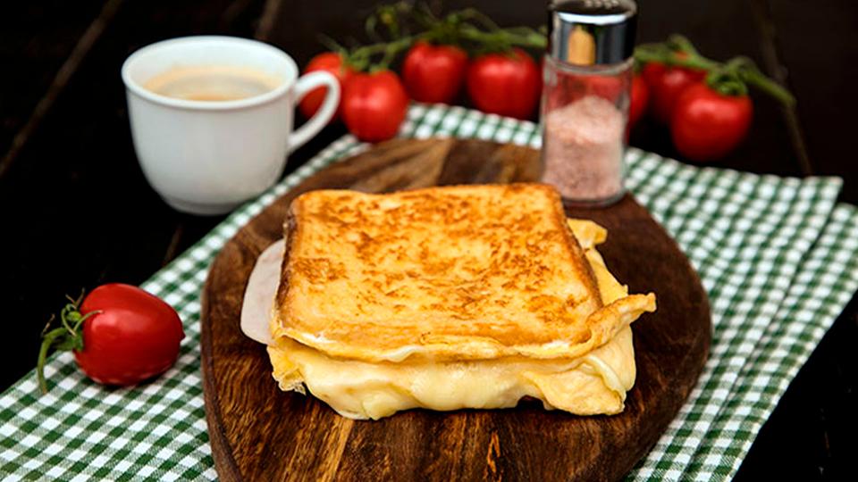 Sandwich cu șuncă, brânză și ou. Un mic dejun ideal
