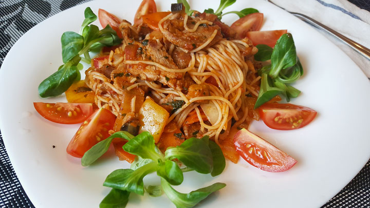 Salată de paste cu legume crude. O rețetă deosebită și foarte simplă de gătit